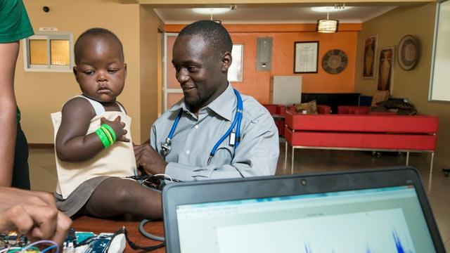 数百万人もの子どもの命を救う可能性を持つスマート ジャケット