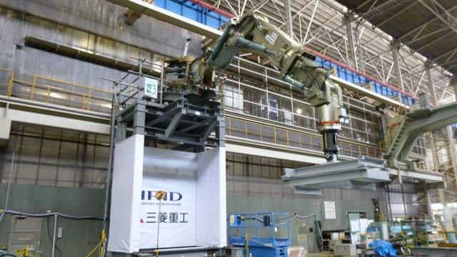 最大 2000kgの加工反力に耐えることができるアーム長7 メートルの三菱重工製ロボット アームのレンダリング