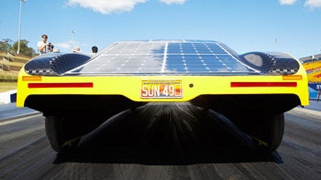 学生が MATLAB モデルを使用して Sunswift eVe 太陽電池自動車の電池消費を最適化。