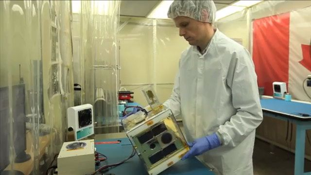 トロント大学の学生がサーマルチャンバーを使用して小型衛星のコンポーネントを宇宙空間の温度幅でテスト。